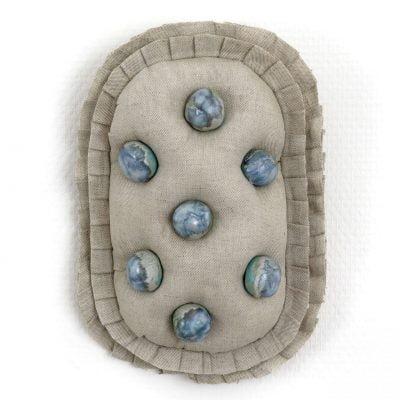Capitonnée, bas-relief en toile métis rembourrée, boutons en grès émaillé