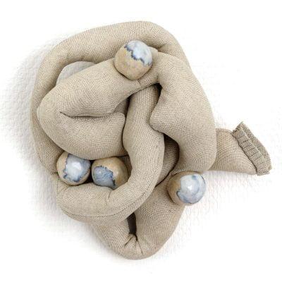 Cœur noué, bas-relief en toile métis rembourrée, boutons en grès émaillé